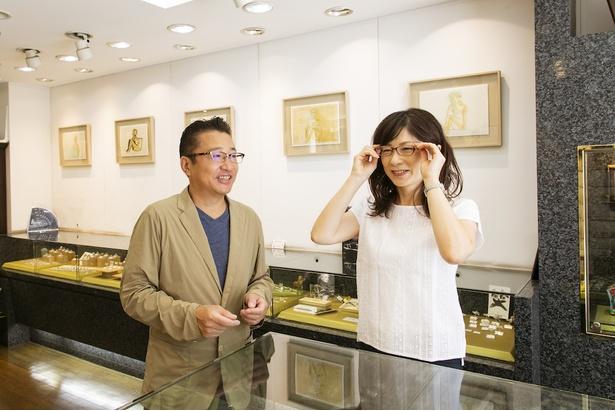 常連さんのメガネの状態をチェック。「メガネも時計も自宅の近くで修理したいという方が多いのでご要望にお応えできるようにしています」(亀井さん)