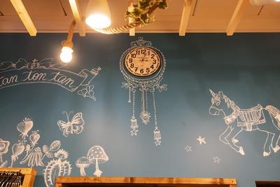 チョークで描けるようにした壁紙に、常連客の方がデザインしたアートが施されている