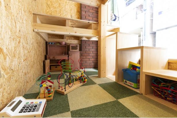 入口すぐ横にはロフトタイプのキッズスペースが。知育玩具やレゴ、キッズ用キッチンコーナーなどが置いてある