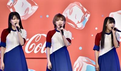 岡田奈々さん、門脇実優菜さん、矢野帆夏さんが『青い檸檬』を情感たっぷりに歌い上げた