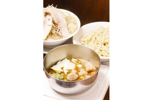 国産牛ホルつけ麺(手前)、ラーメン(奥左)