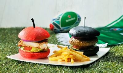 """日本代表の""""赤""""とニュージーランド代表の""""黒""""をイメージした、インスタ映えするハンバーガー"""