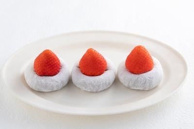 「あとのせ苺大福」1個380円。食べる直前に乗せることで、「銀龍苺」本来の甘味・香り・酸味を損なうことなく楽しめる。中のつぶあんと生クリームも北海道産