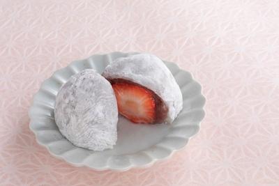 「苺大福」1個216円。季節によって産地を厳選した大粒のいちごと、あっさりながら甘味もしっかりあるこしあん、柔らかな餅がベストマッチ