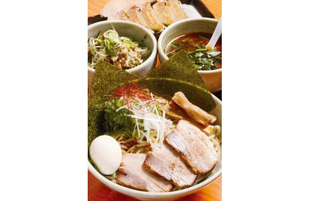 名古屋つけ麺(全部入り・手前)、チャーシューマヨ丼(中左¥300)、餃子(奥¥350)