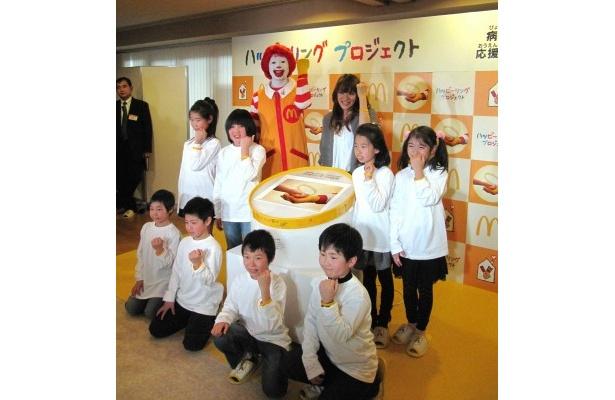 贈呈式に出席した今井絵理子の左手首にはキャンペーンで配布されたハッピーリング