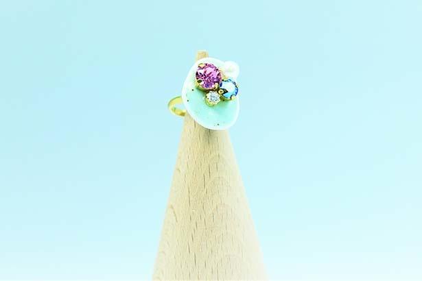 肥前吉田焼×リング(6480円)。陶片とスワロフスキーの組み合わせが目を引く。ワンランク上のおしゃれを楽しむことのできる一品だ