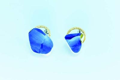 有田焼×ピアス(6480円)。有田焼の陶片を使用したピアス。有田焼ならではのブルーにゴールドを組み合わせ、耳元をおしゃれに演出