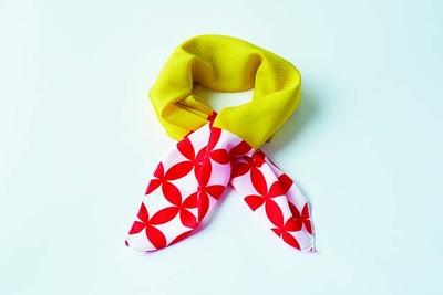 有田焼×スカーフ(1600円)。有田焼の特徴、七宝柄をほどこした一品。レッドとイエローの華やかなデザインに、いつもの装いが明るくなるはず