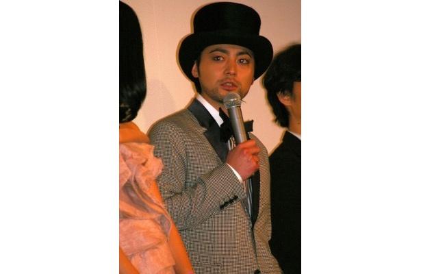 大きな帽子をかぶって登場した山田孝之は「ちょっと重い」と反省