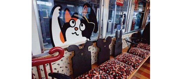 「たま電車」にはネコ足ソファーなどが配置されている