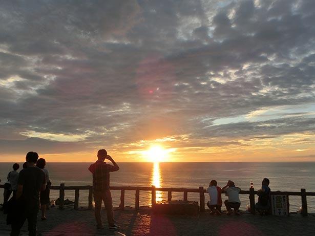 水平線に落ちる夕日を見に行こう