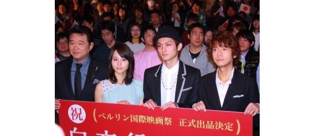 映画「白夜行」の初日舞台あいさつに出席した船越英一郎、堀北真希、高良健吾、深川栄洋監督(写真左から)