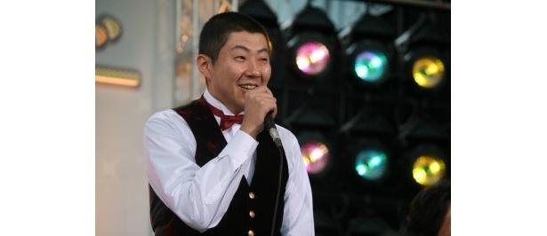 バーテンダー・杉山薫役の荒川良々は「共演者の皆さんと仕事してると癒やされます!」と笑顔