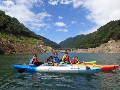ファミリーでの参加も多い「レイクカヤック in おおたき龍神湖」