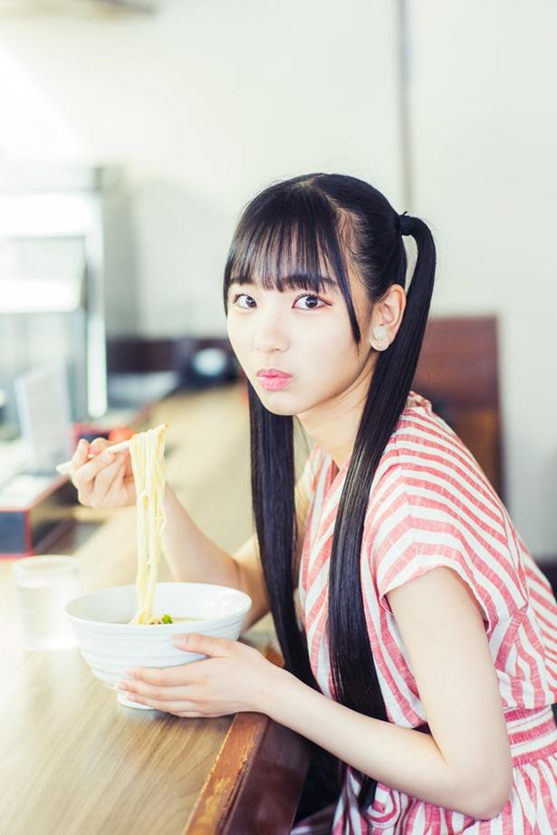 【写真を見る】可憐にラーメンをふぅふぅする、SKE48の末永桜花