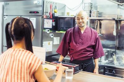 気さくな人柄が魅力的な、店主の藤川さんとの会話も楽しもう