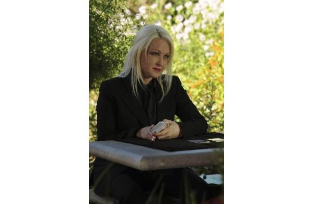 【写真】シンディ・ローパーはタロット占いを操る霊能者役で第1話にゲスト出演