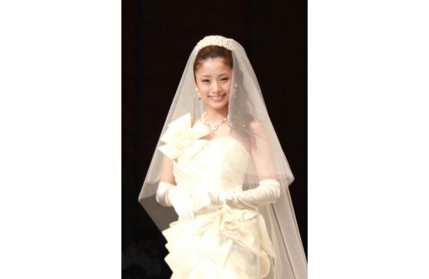 自身がプロデュースしたウエディングドレスを着て登場する上戸彩