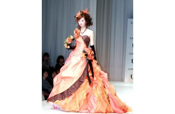 鮮やかなオレンジ色のドレス
