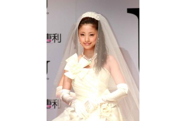 「(ドレスの)ラインがきれいで、素材感もよくて出来上がりに満足してます」と明かす