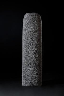「静けさ」黒御影石 H120×W30×D20cm 2019年 写真撮影:加賀雅俊