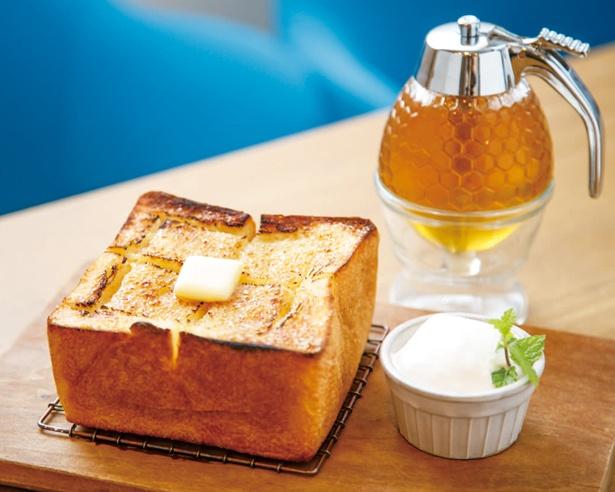 小麦の甘味とモッチリ食感を楽しめる「厚切りバタートースト 」(702円) / つばめパン&MILK