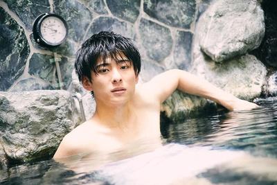 岩に囲まれた2階の露天風呂にて。「熱いのが苦手で長く浸かっていられないんですが、露天風呂は屋外で風が気持ちいい。これなら長湯できますね」