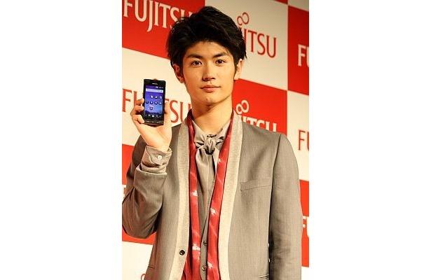 """月9で活躍する俳優・三浦春馬さんがauスマートフォンの新CMで""""デキル男""""を表現!"""