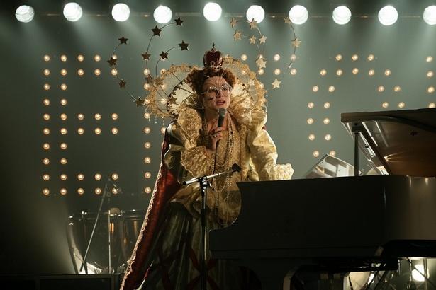 デザイナーのお気に入りだという女王風の衣装。メガネがヤバい!