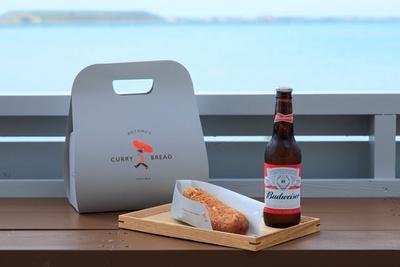 カレーパンと一緒にビールを楽しもう「バドワイザー」(600円) / もとむのカレーパン瀬長島ウミカジテラス店