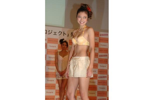 青山レイラさんはイエローのブラで登場。デートの時は白やパステルカラーの下着を選ぶそう