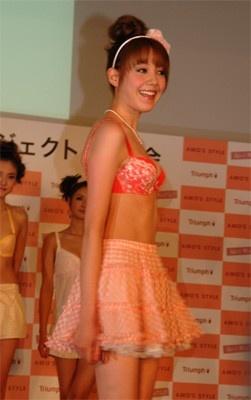 ファッションショーでステージに立ち笑顔をふりまくトリンドルさん。うしろ姿もきれい