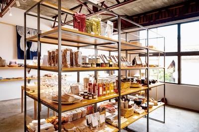 加工品コーナー。うきはメイドの品も多数 / 生活購買店 reed