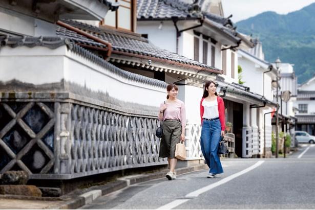周辺の白壁通りを散策するのもおすすめ / 生活購買店 reed