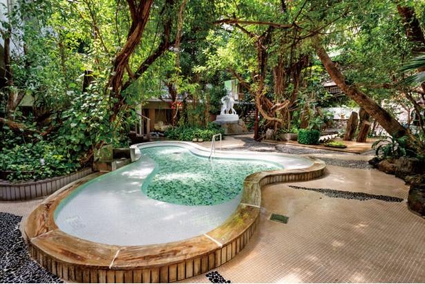 「ジャングル風呂」。滑り台付きの浴槽もあり、子連れに人気 / 原鶴温泉 泰泉閣