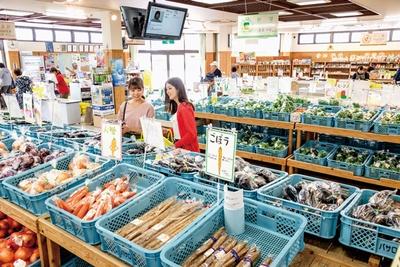 旬の野菜&フルーツがズラリ / 道の駅 原鶴 ファームステーション バサロ