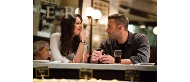 ダグ(ベン・アフレック)はクレア(レベッカ・ホール)を尾行するが、次第にクレアに惹かれていく