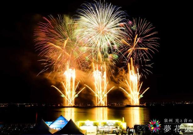 音楽に合わせて海上に上がる花火は幻想的。今年は噴水ショーとのコラボも見どころのひとつ