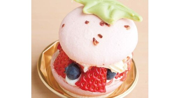 「T-Berry(ティーベリー)」(神奈川・戸塚)の「地場苺 マカロンホッペ」(399円)は、イチゴがモチーフとなった見た目がキュート♪