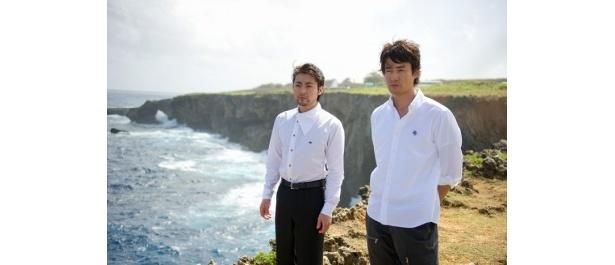 サイパン島の北端の岬、バンザイクリフにて。サイパンプレミアに出席した山田孝之、竹野内豊(右)