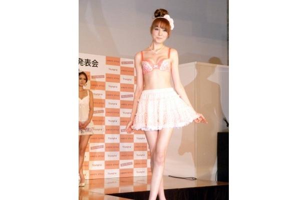 【写真】オレンジの下着でファッションショーを行なったトリンドル玲奈