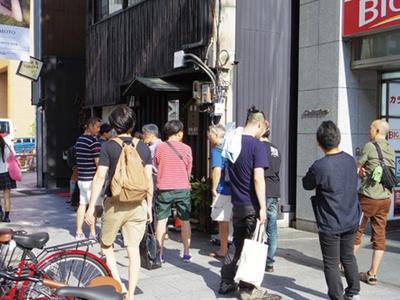 全種類のおばんざいがそろう16時の開店を目指し、常連客や観光客など20人弱が列を作る。金曜、土曜はほぼ毎週行列