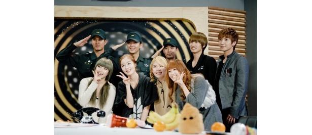 国軍TVの番組にはSUPER JUNIORのヒチョル(写真後列右から2番目)、イトゥク(写真後列右)なども出演