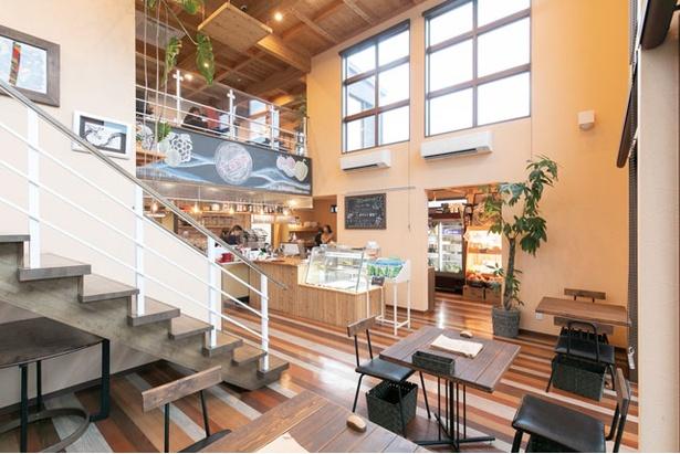 吹き抜けの店内は2F席もあり、居心地の良い空間 / Beee+marche&cafe