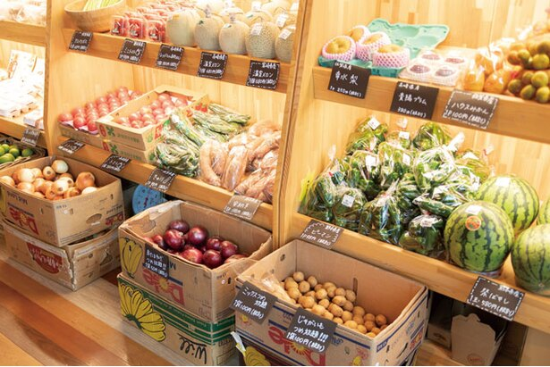 野菜ソムリエのオーナーが直接仕入れた商品が並ぶマルシェコーナー / Beee+marche&cafe