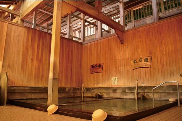 「あつ湯」「ぬる湯」と湯の温度を変えた浴槽が並んで設置されている / 武雄温泉 元湯