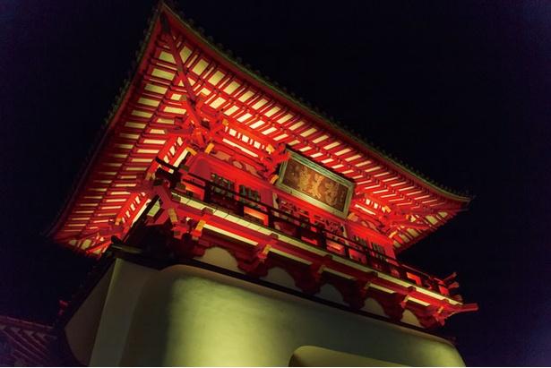 入口の楼門は武雄温泉の象徴的存在 / 武雄温泉 元湯