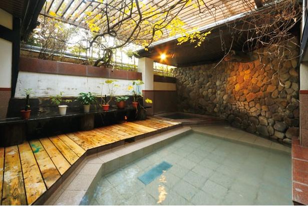 自家源泉の単純温泉はトロトロ / 大正浪漫の宿 京都屋