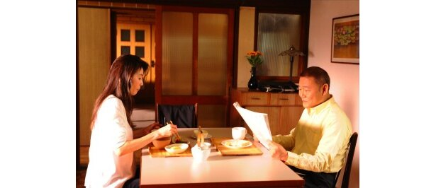 『萌の朱雀』(97)に続き、父親役を演じた國村隼について尾野は「身内の人みたいな感じです(笑)」と語った